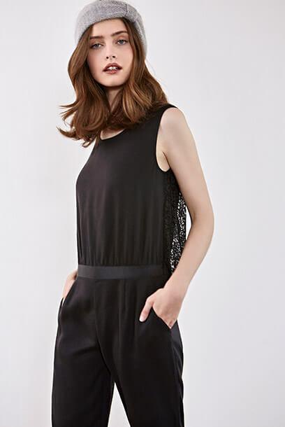 Look femme - chemise imprimée, jeans brut et sac en cuir