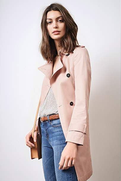 Look - Trenchcoat, sparling t-shirt, jeans and leather accessories