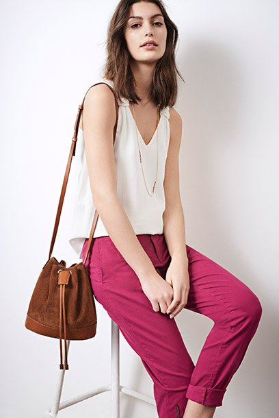 Look - Loose top, colored chinos and leather bag